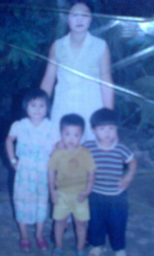 mình luc 5t chụp cùng mẹ và em trai